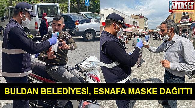 Buldan Belediyesi, esnafa maske dağıttı